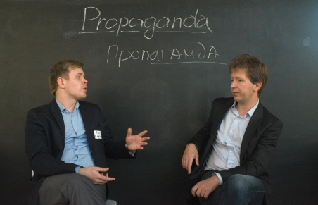 "Alexei Khlebnikov and Andrei Soldatov discuss their definition of the key term ""propaganda"" / Foto: Ekaterina Anokhina, n-ost"