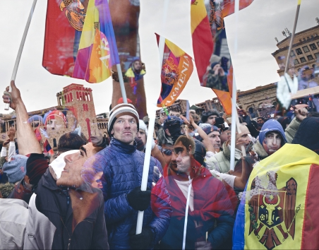 While in Moldova demonstrations against corruption and the pro-Russian government during the last years achieved almost nothing, in Armenia they changed the political landscape. / Two-layer-photo of protesters in Armenia 2018 and in Moldova 2016: Ramin Mazur (Moldova) & Karen Mirzoyan (Armenia)